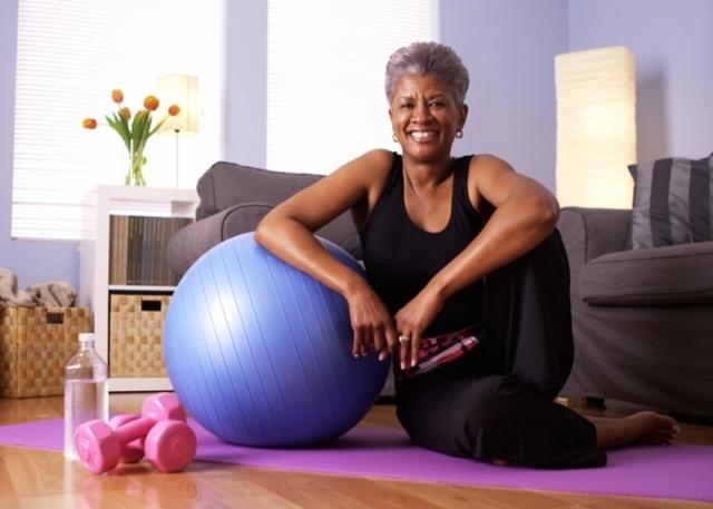 Mujer-haciendo-ejercicio-en-su-casa